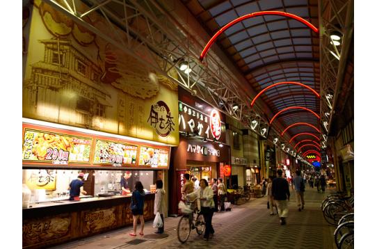 弘明寺商店街。昼夜栄えています。