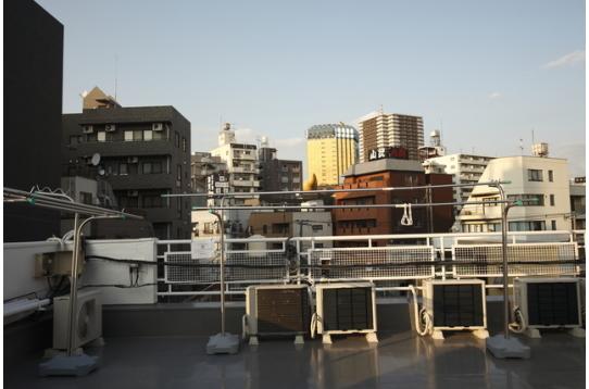屋上からはスカイツリーも見えますよ〜。