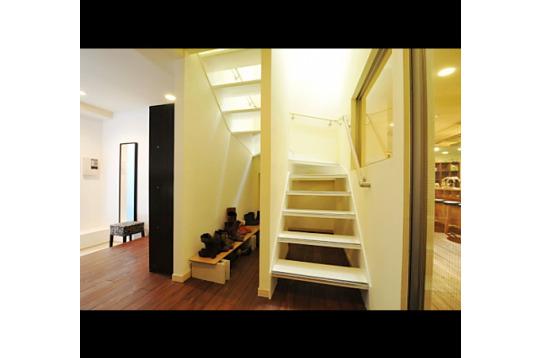玄関から続く階段を上がると、居室スペースへ…