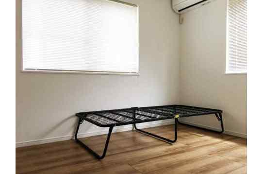 余計な家具のないシンプルな個室