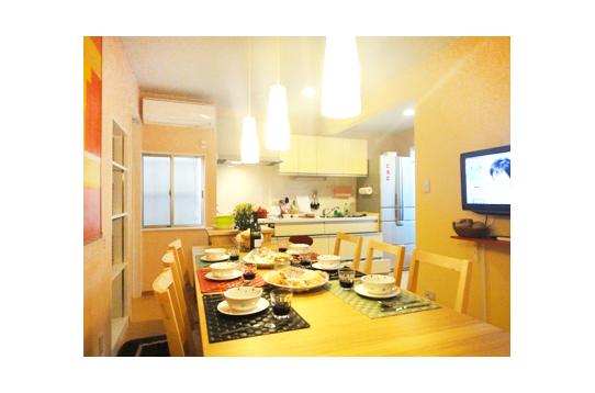 キッチン用品やクルーの個人ストックスペースも充実。