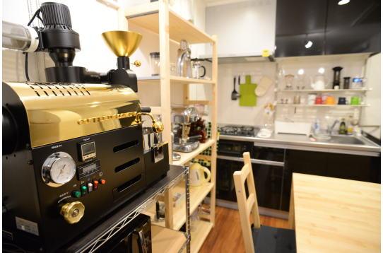 共用リビングとコーヒー焙煎機