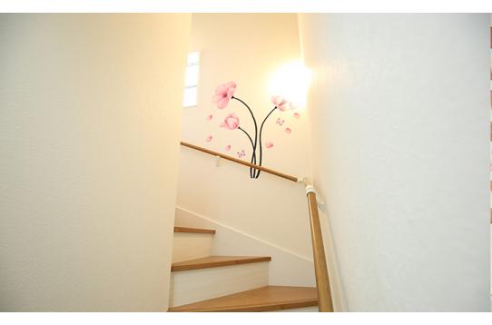 階段にはウォールシールを貼り、遊び心を♪