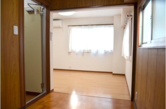 左が扉、奥にも空間があります。