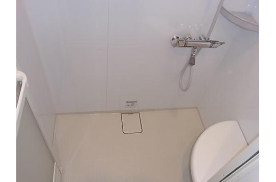 シャワールームは1階にあります