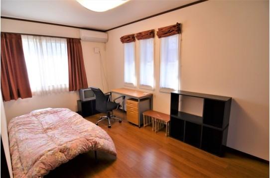家具完備の広々とした洋室です