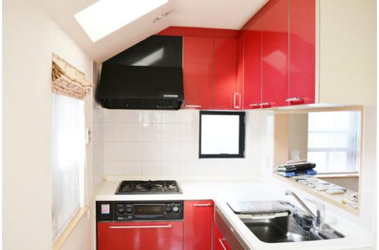 キッチンはデザイン性のある、レッド。