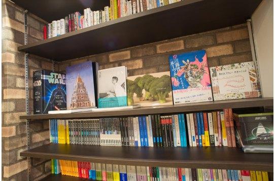 共用リビングの本棚