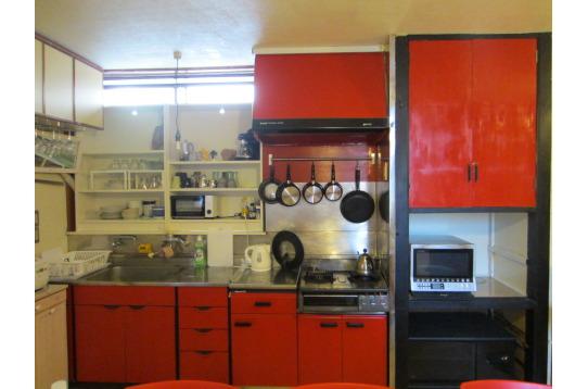 赤を基調としたキッチン。