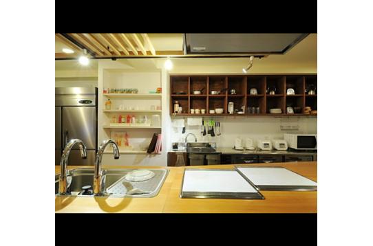 後ろの棚に並んでいる食器類も全て自由に使用可能。