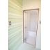 浴室、更衣室はイメージカラーのグリーンの壁紙