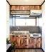 木目と黒のコントラストが映えるキッチン。