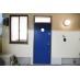 青い扉が目印の玄関