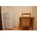 木製の椅子と机、冷蔵庫が付いています