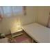 お姫様のような白いベッドとタッチライトが設置