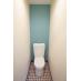 1階のトイレはブルー系で落ち着いた感じに