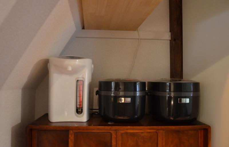 炊飯器とポットも有るよ。